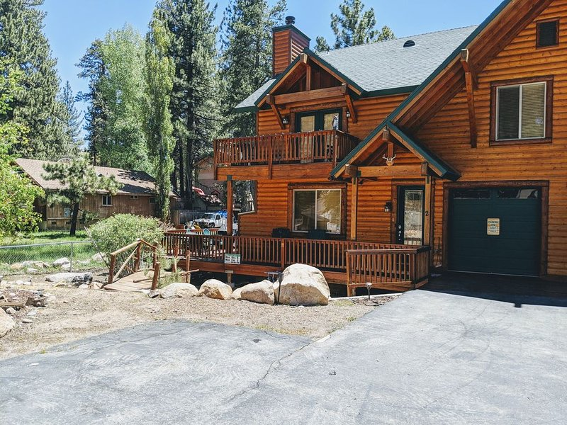 Modern Log Style Home Close To Boulder Bay park & Lake. Hot tub and game room., location de vacances à Big Bear Lake