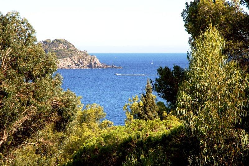 Villa vue mer située dans un site préservé unique, aluguéis de temporada em Hyeres