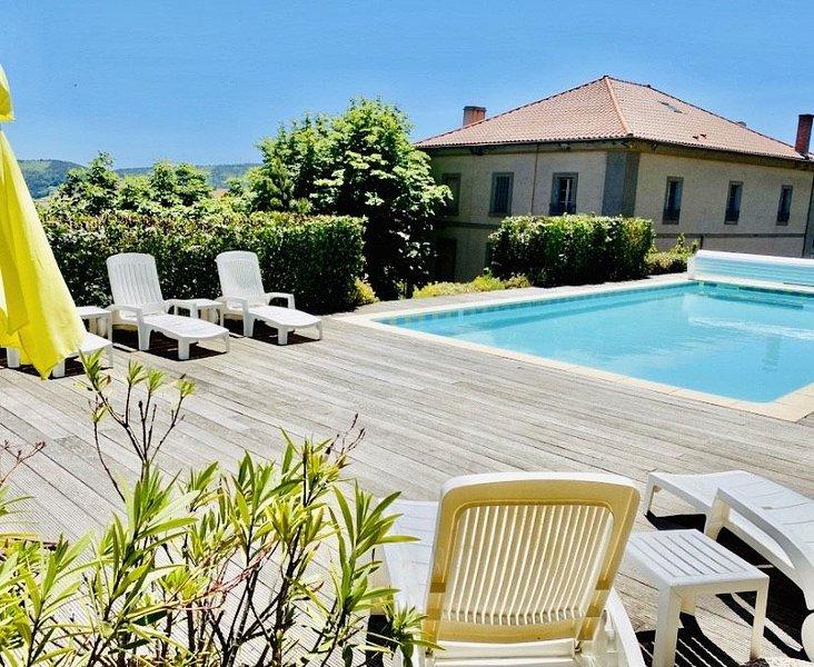 Maison de famille 16 pers - Piscine Vue Panoramique Terrasse Jardin clos de murs, holiday rental in Satillieu