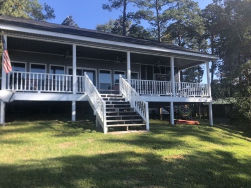 Lakefront with stunning views!, holiday rental in Milam