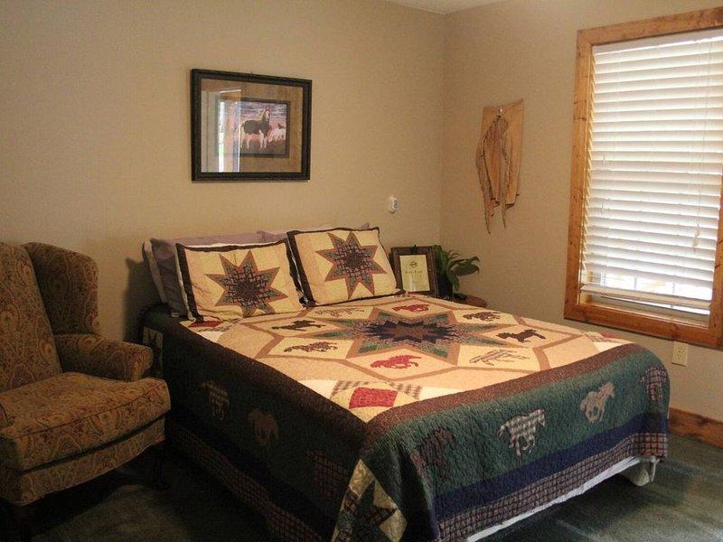 Lazy G Cabin #5 (Duplex Cabin), holiday rental in Arab