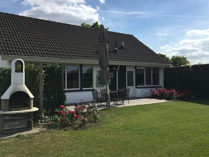 Holiday home in a quiet location near the centre with a beautiful view of the me, holiday rental in Rossum