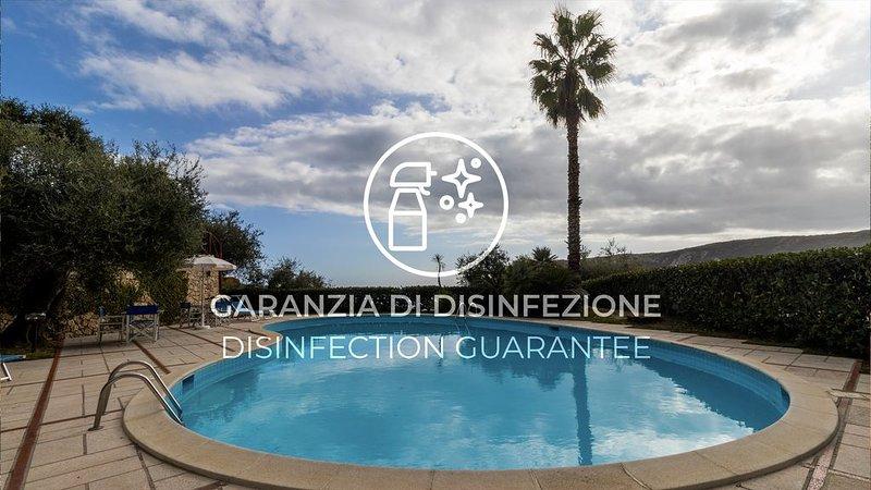 Grande e luminoso appartamento con Wi-Fi, A/C, piscina, giardino e parcheggio, holiday rental in Vezzi Portio