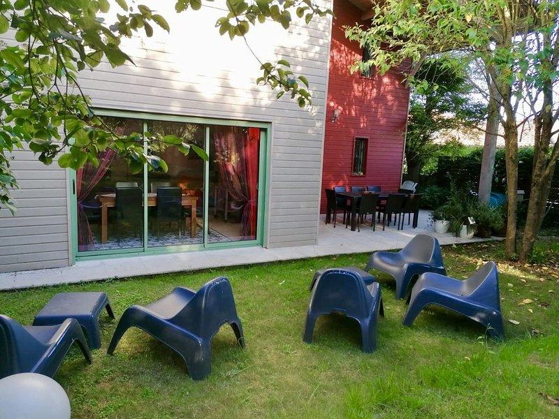 maison campagne avec piscine chauffée et spa , idéal famille, holiday rental in Cazaux-Saves