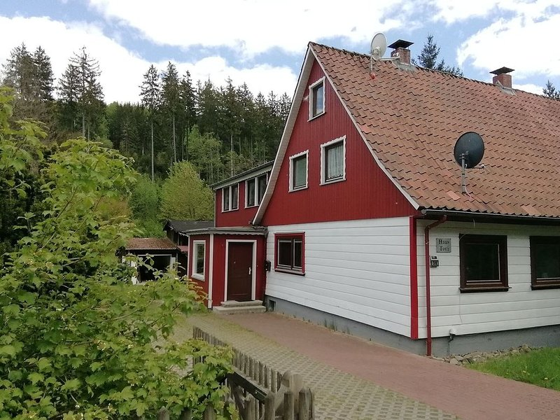 Beautiful semi-detached house in the Harz with wood stove, garden and direct riv, location de vacances à Herzberg am Harz