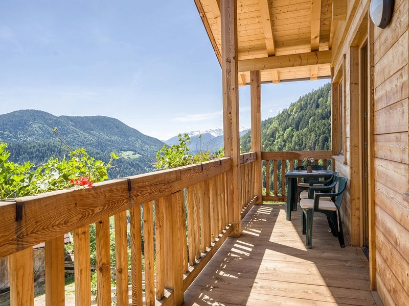 Charmantes Holzhaus Eckgenn mit WLAN, Bergblick, Garten und Terrasse; Parkplatz, casa vacanza a Bresimo
