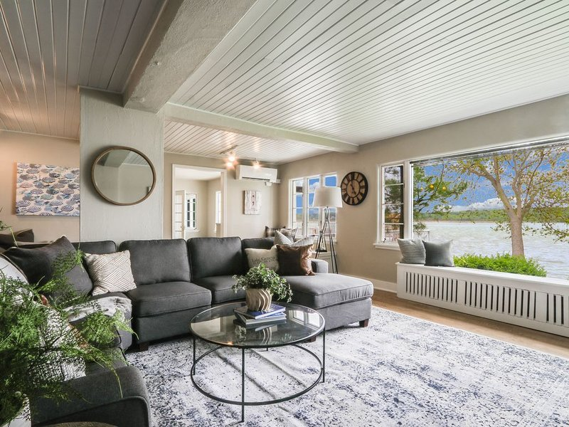 Ultimate Beach House | Lake Geneva  with Cabana, Private Piers and  Beaches, holiday rental in Lake Geneva
