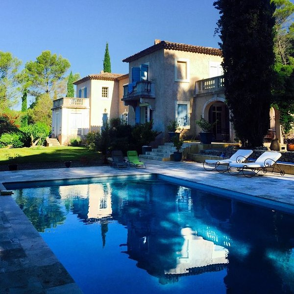 Luxurious country house with large pool, and panoramic views, aluguéis de temporada em Chateaudouble