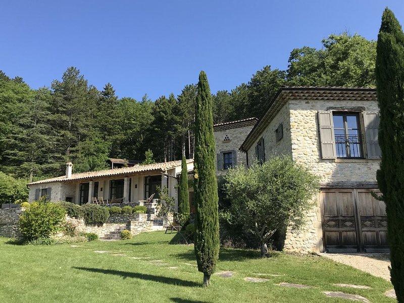 La Bergerie du Chateau de Divajeu : une demeure de charme avec piscine, location de vacances à Divajeu