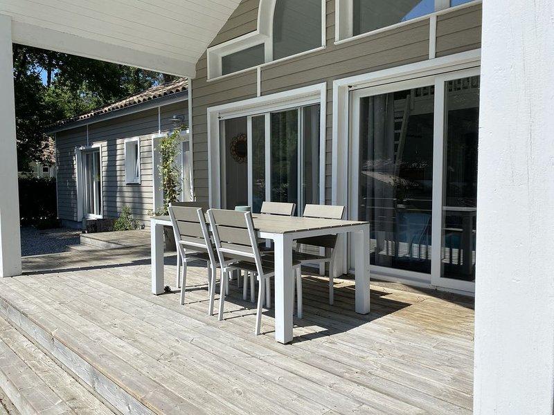 Villa 'Alabama' avec piscine chauffée, entre golf, lac, océan, 2ch (6pers, location de vacances à Biscarrosse