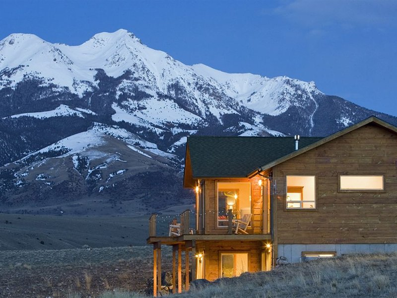 Close to Yellowstone with game room!  Amazing views from outdoor deck., holiday rental in Pray