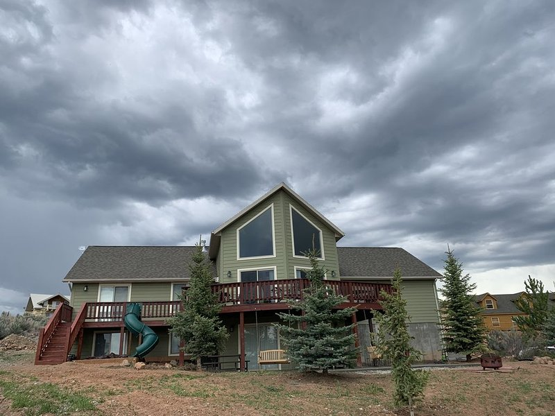 Lazy Bear Getaway - 6 Bedrooms, 3 Baths, Sleeps 30, Includes Ideal Beach Access, holiday rental in Laketown