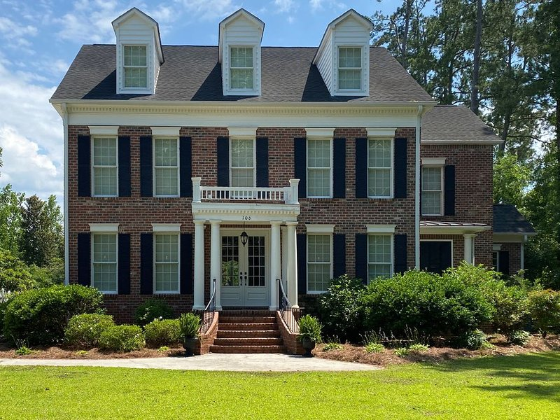 Southern Charm Family Friendly Large Home, Easy Driving to Ocean and Golf, vacation rental in Brunswick