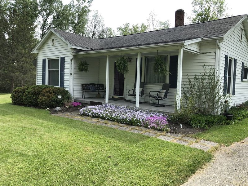 QUAINT AND CHARMING BUNGALOW!, holiday rental in Elmira
