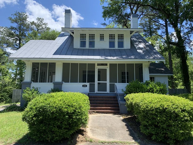 Renovated 1928 bungalow in historic Milledgeville Georgia, holiday rental in Milledgeville