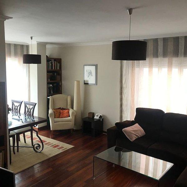 Piso centrico de 3 habitaciones, todo exterior y plaza de garaje incluida., alquiler de vacaciones en El Grove