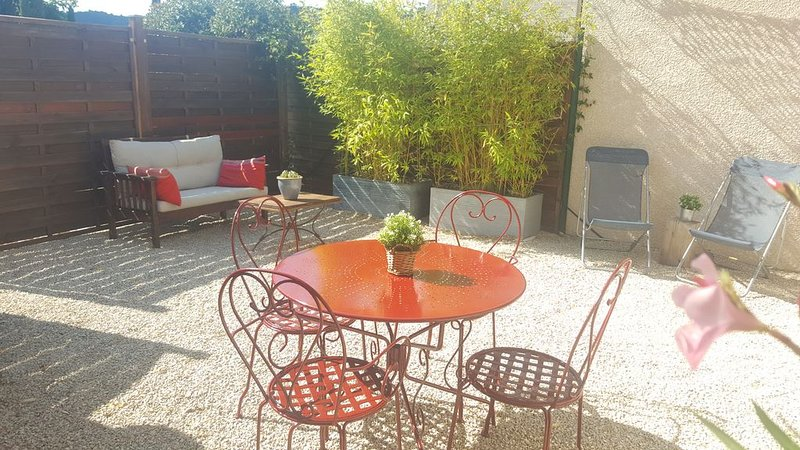 GREOUX LES BAINS T2 neuf avec terrasse et parking privé, holiday rental in Ginasservis