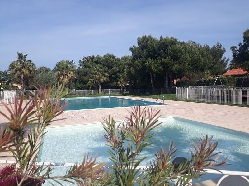 Pavillon dans résidence avec piscine à 150m de la mer, vacation rental in Port-Saint-Louis-du-Rhone