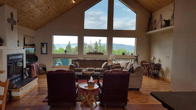 Views, privacy and hot tub make this custom home the perfect Angel Fire getaway!, holiday rental in Angel Fire