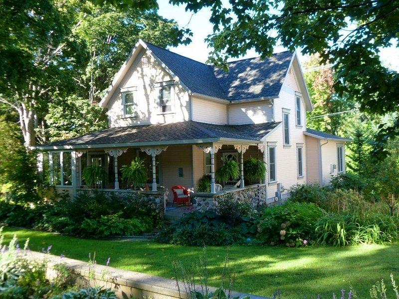 Historical home, the Burnett Nestt in the heart of Lake Ann, holiday rental in Lake Ann