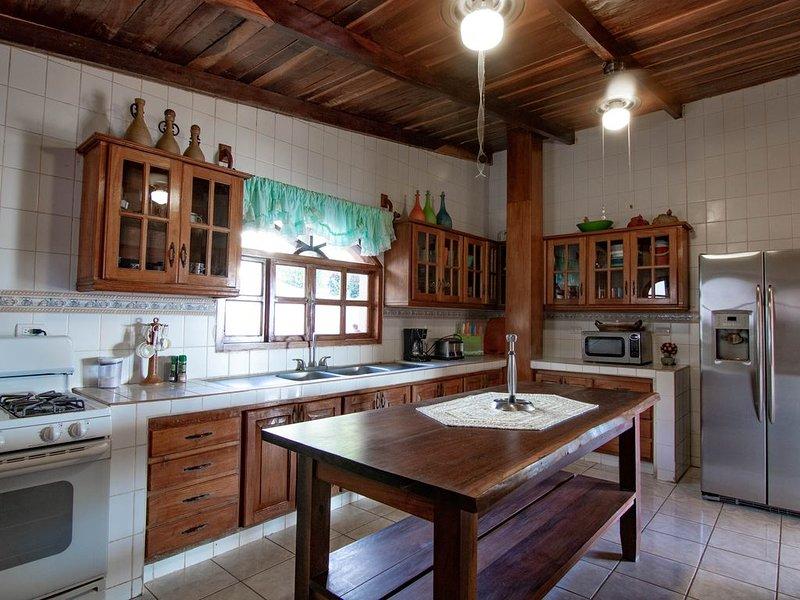 Private home with stunning views -La Vista al Mar, vacation rental in Tola