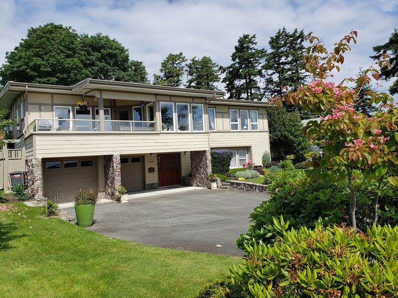 Ocean View, Family Friendly Executive Home with Hot tub, Near Beach, holiday rental in Victoria Capital Regional District