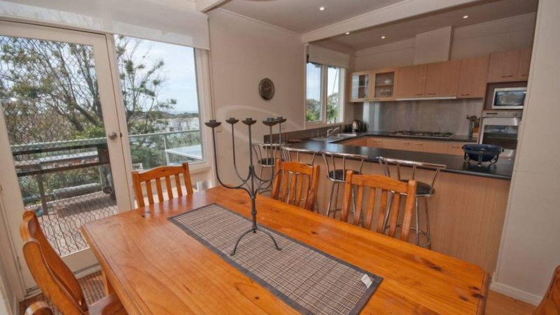 Nakarra - Beach house with direct access to ocean, holiday rental in Lake Tyers