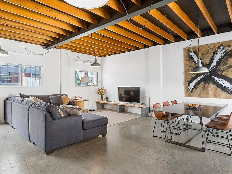 Stunning warehouse apartment moments to waterfront, location de vacances à Hobart