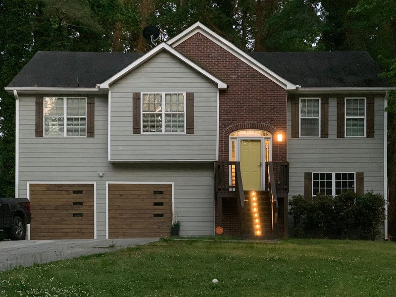 5 Bdrm Modern Oasis w/Pool & Basketball - 5 mins to downtown ATL!, holiday rental in Mableton