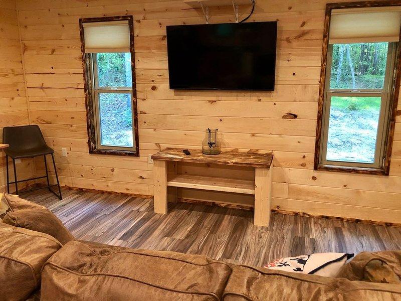 Owls nest, brand new cabin on the mountain!!, casa vacanza a Cedar Bluff