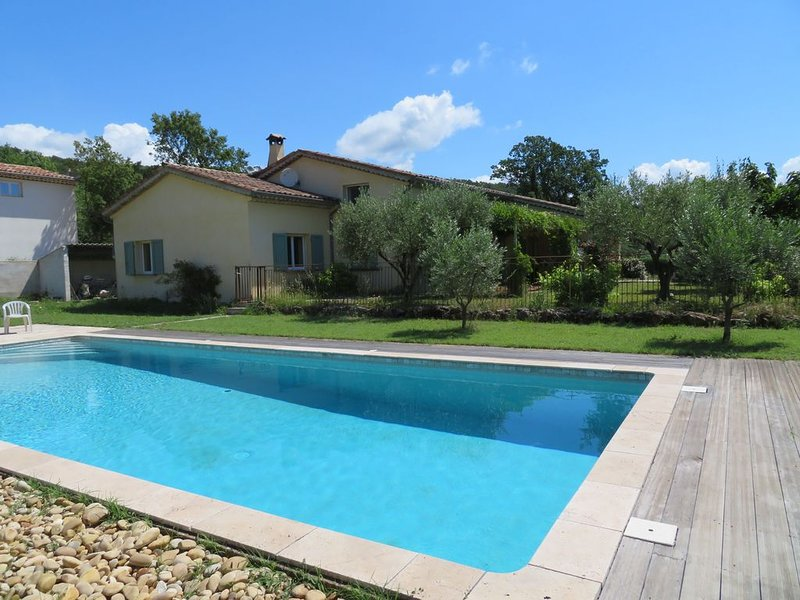 Grande maison familiale avec piscine privée dans  l'arrière pays varois, aluguéis de temporada em Chateaudouble