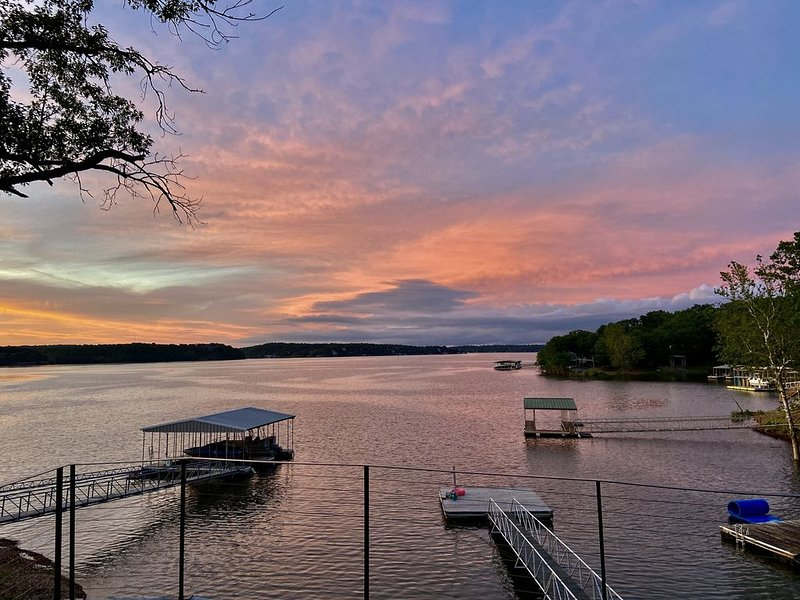 """Spectacular Waterfront Luxury w/ dock Grand Lake!!!, aluguéis de temporada em Spavinaw"