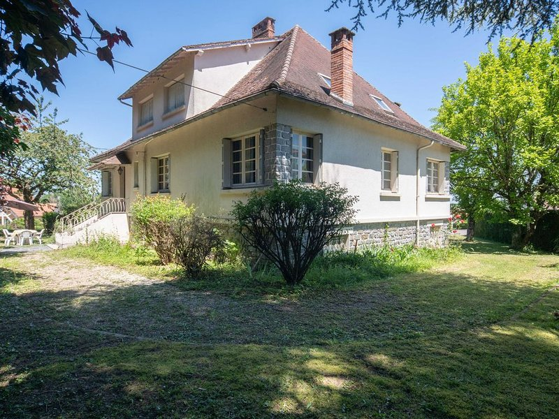 Quaint Holiday Home in Payzac with Garden, vacation rental in Segur-le-Chateau