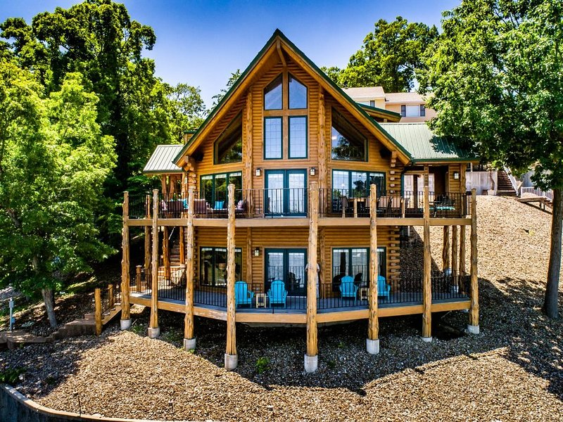 Beautiful Lakefront Lodge w/ Private Dock and Amazing 180 View from Two Decks, holiday rental in Sunrise Beach