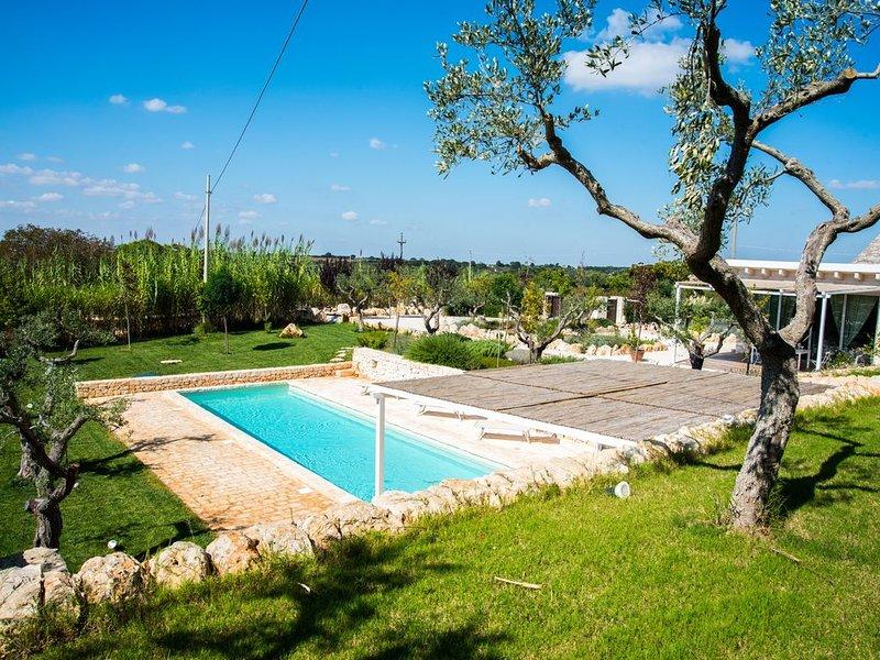 Villa a trulli con piscina privata immersa nella macchia mediterranea, holiday rental in Alberobello