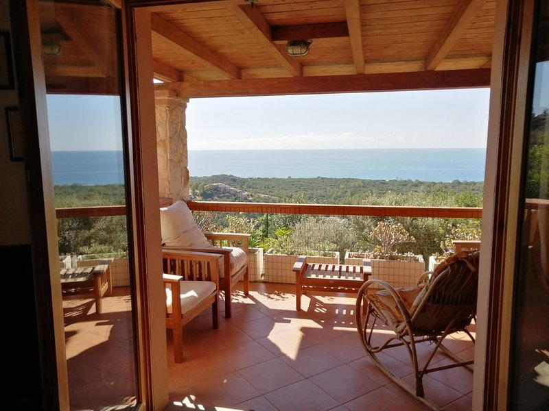 Casa a 2 km. da Chia con giardino e vista mozzafiato sul golfo, casa vacanza a Domus de Maria