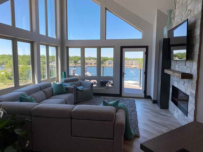 REDUCED Fall Rates-Okoboji Lakefront 4 Bdrm BridgesBay Condo & Waterpark Passes, vacation rental in Iowa