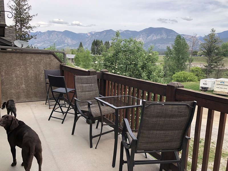 Centrally Located. Steps From Shops And Restaurants. Check out UTube video tour!, casa vacanza a Invermere