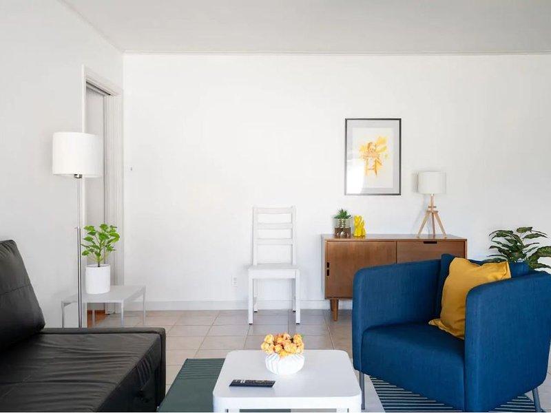 Mid-century Modern Comfort with Perfect Location., location de vacances à Missouri City