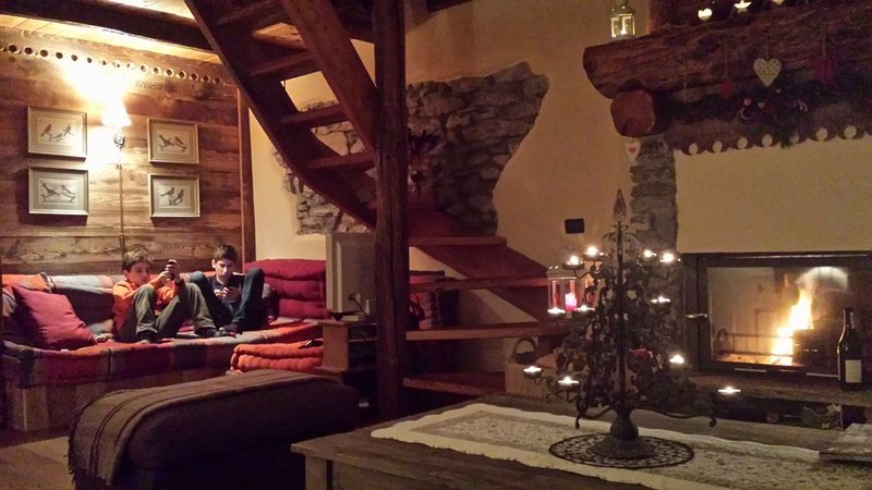 Appartamento di pregio in chalet alpino high standing, Ferienwohnung in Gravere