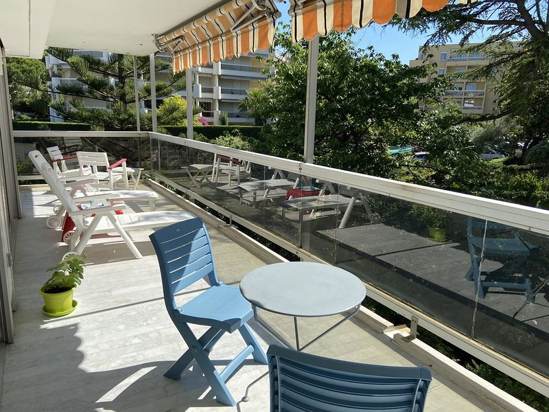 Appartement standing 3 pièces, terrasse, piscine, proche plages, commerces, gare, holiday rental in Antibes