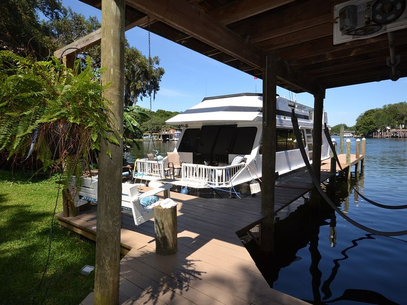 Private Cozy Houseboat on Bayou - Destin/Ft. Walton Beach, holiday rental in Niceville