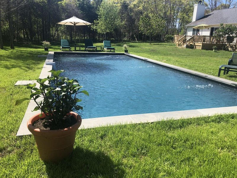 Newly Renovated  3 bedroom Northfork ranch with Heated Pool, location de vacances à East Marion