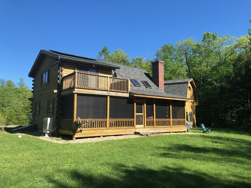 Beautiful four season lakeside log home close to all Berkshires attractions., location de vacances à Berkshires