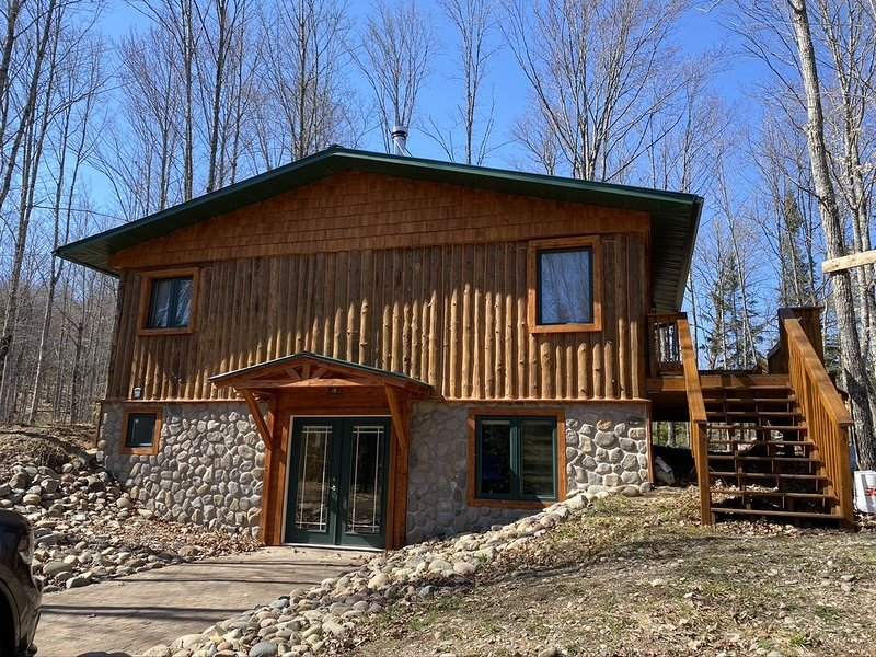 Beautiful log cabin on the Pendleton Creek!, location de vacances à Iron River