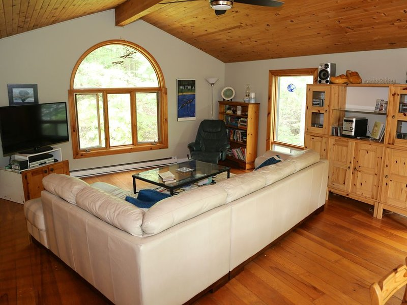 Quiet Retreat Perfect for a Summer Getaway Near Ottawa, casa vacanza a Wakefield