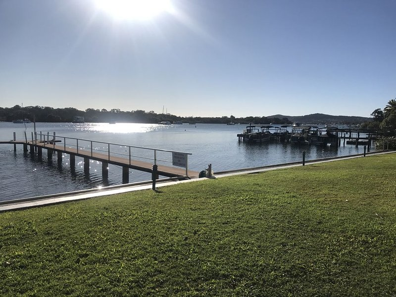 Family style unit located on the banks of Noosa River, location de vacances à Doonan