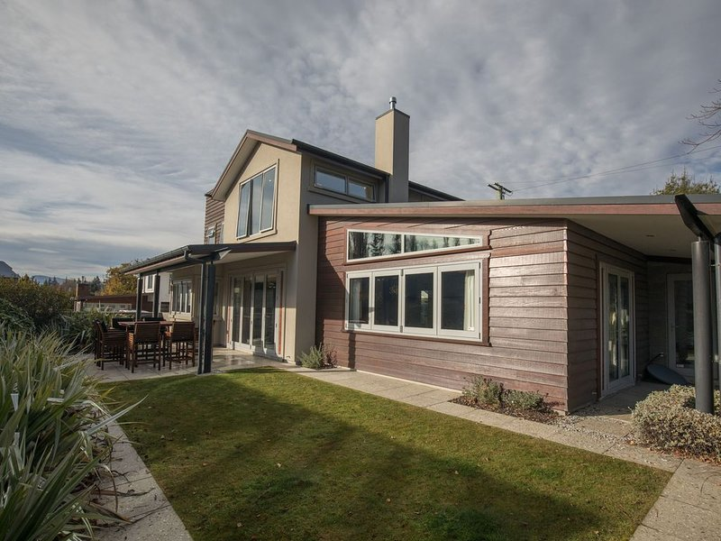 Large Luxury Lakefront Home, vacation rental in Wanaka