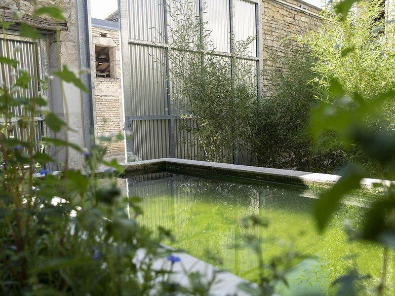 maison d'artiste très calme au bord d'une rivière, proche  Villages très connus, aluguéis de temporada em Vermenton