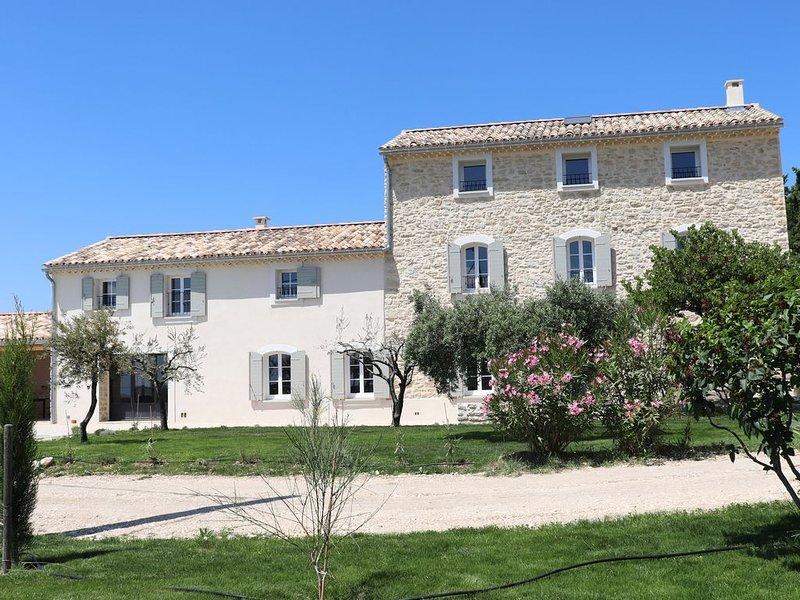 Domaine des Preyauts, mas provençal entier avec 7 chambres, piscine chauffée, vacation rental in Caromb